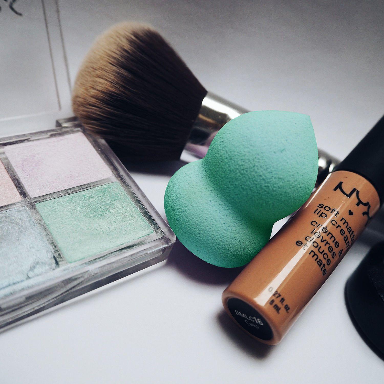 Make-Up Blending, Highlighting & Contouring Sponge FlatBottom - AQUA